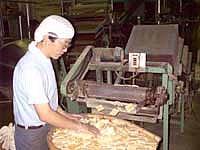 植垣米菓の工場の人