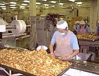 植垣米菓の工場の人2
